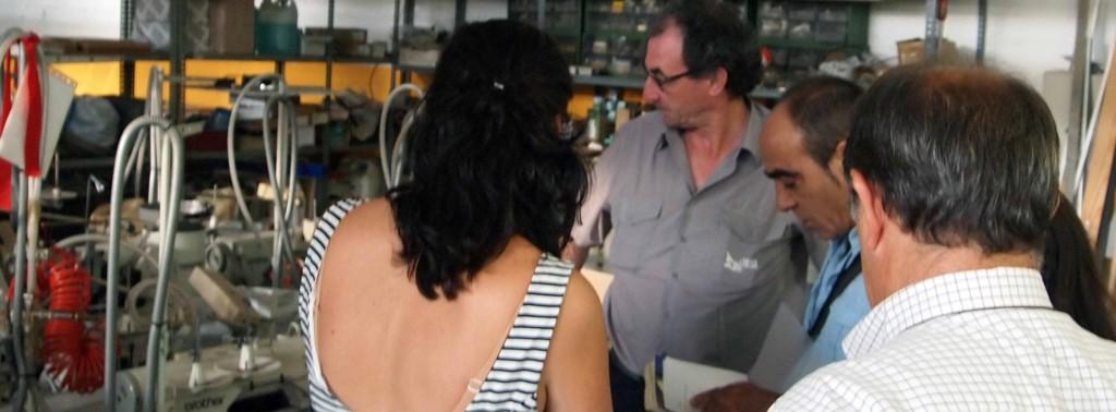 Equipo Lumaberri y Gerencia de USOA en las instalaciones de USOA seleccionando máquinas de coser y otros, USOA.