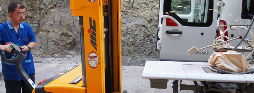 Julio, trabajador de USOA, transportando la remalladora en la furgoneta, USOA.