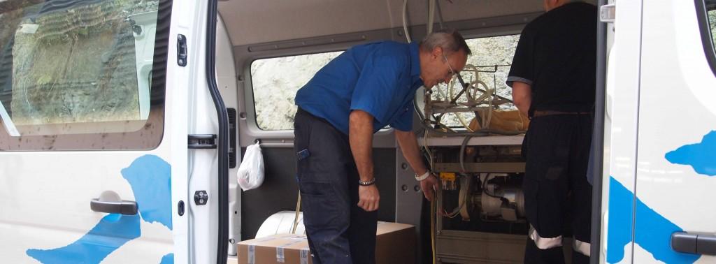 Trabajadores de USOA ajustando las máquinas de coser en la furgoneta rumbo a Lumaberri, Barakaldo.