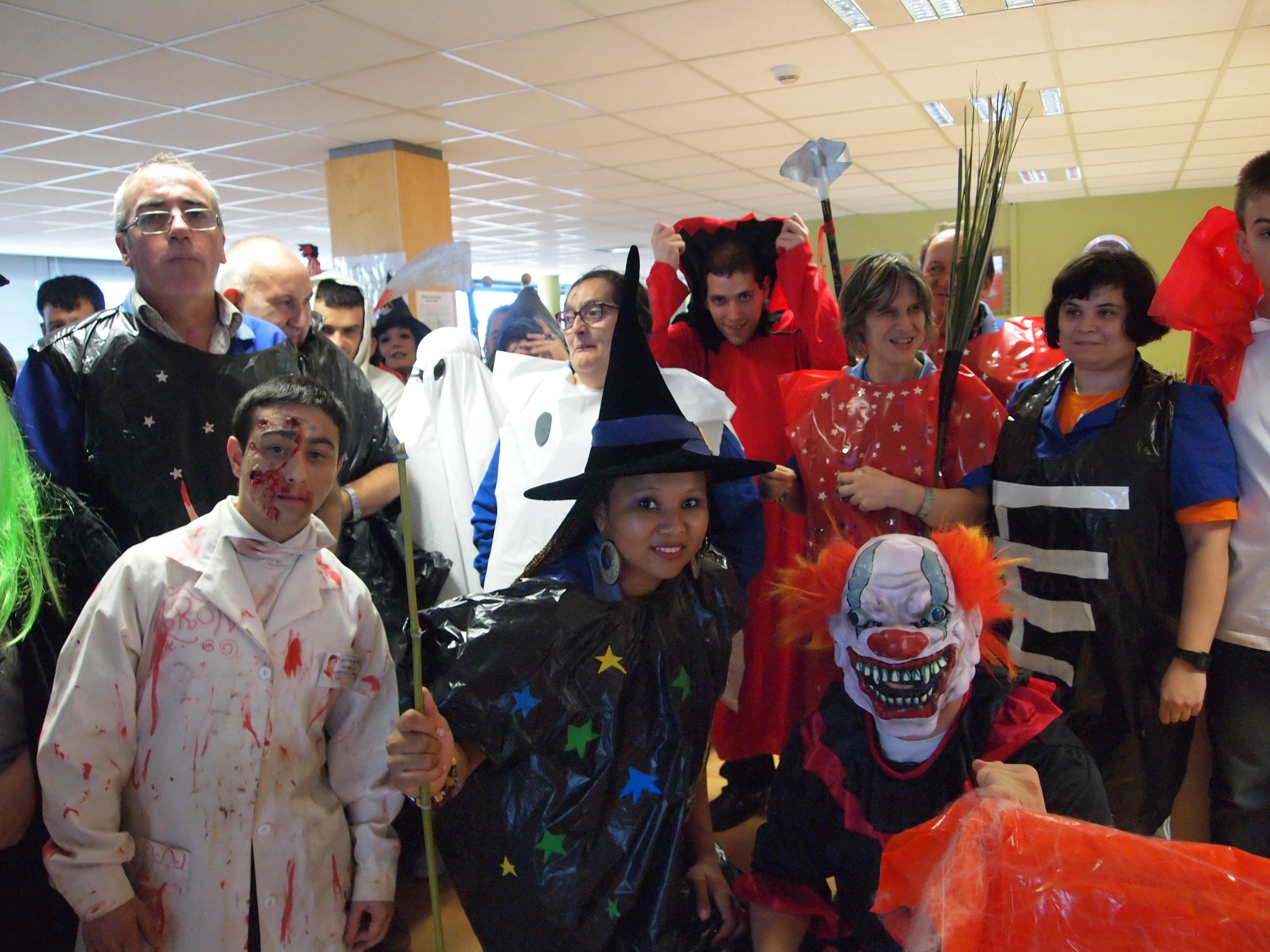 Grupo de personas disfrazadas con el motivo del Halloween, USOA.