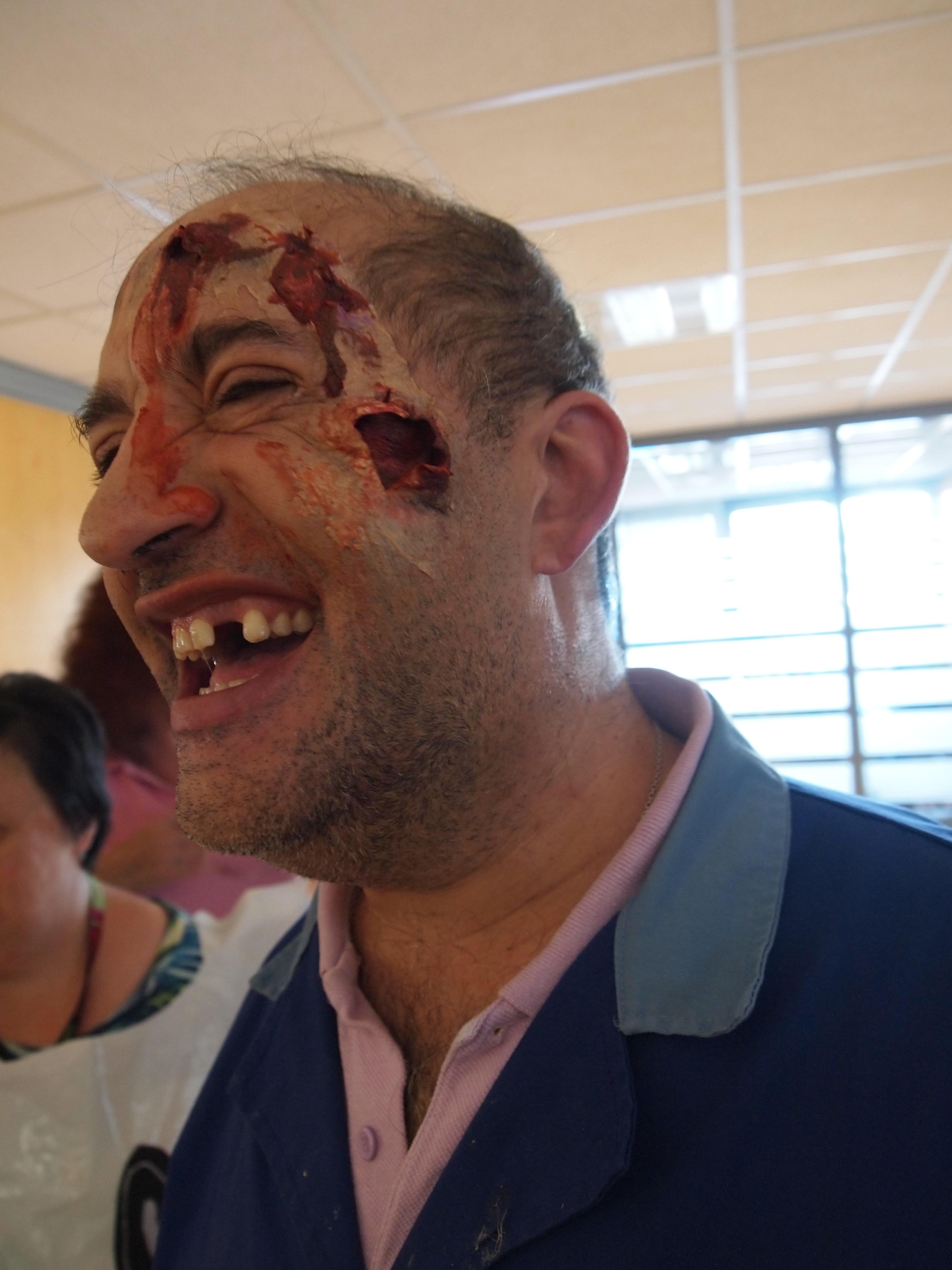 Manolo zombie - Maquillaje de las manos de Aaron - ambos del Centro Ocupacional USOA.